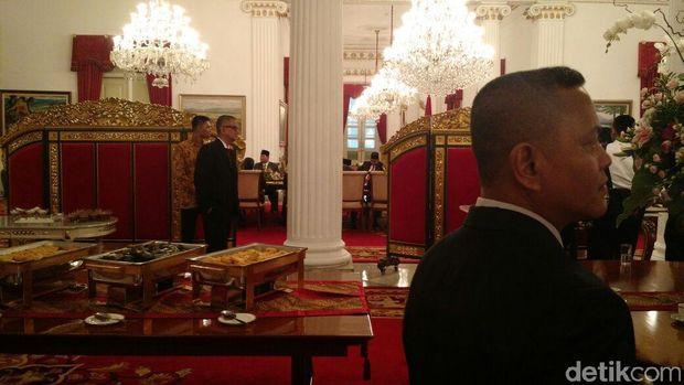 Jokowi dan Prabowo mengobrol usai pelantikan Anies-Sandi /