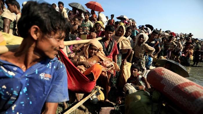 Pengungsi Rohingya yang melarikan diri dari Myanmar berjuang untuk melewati perbatasan di Palang Khali, Bangladesh. (16/10/2017)