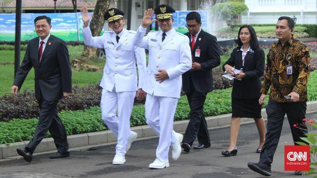 Gubernur Jakarta Anies Baswedan dan Wakil Gubernur Jakarta Sandiaga Uno saat hendak dilantik tiba di Istana Negara, Jakarta, Senin 16 Oktober 2017.
