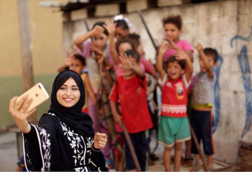 Ketika saya membuka internet, saya bisa berkomunikasidengan orang-orang di seluruh dunia, ujar Fatma Abu Musabbeh, selebgram cantik berusia 21 tahun itu.(Foto: Instagram/fatma_mosabah)