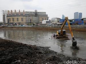 Pengerukan Endapan Lumpur di Banjir Kanal Barat