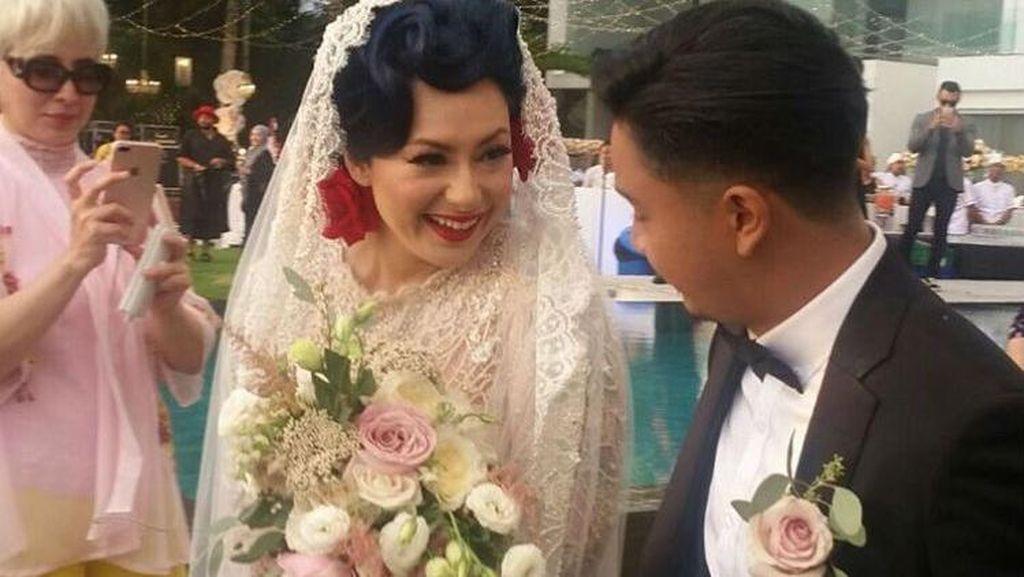 Foto: Indahnya Pernikahan Bertema Retro Ala Derby Romero dan Claudia Adinda
