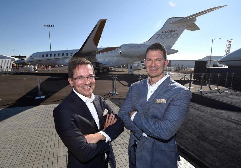 Ukuran jet pribadi ini diklaim yang terbesar di dunia. Senior Vice President dari program Bombardier Global 7000/8000, Michel Ouellette sebelah kiri dan Presiden Pesawat Bisnis Perusahaan David Coleal (Reuters)