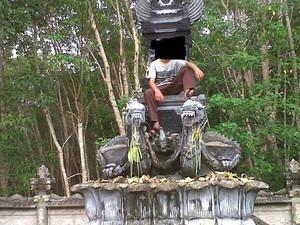 Bocah yang Fotonya Duduki Tempat Sakral di Pura Akhirnya Minta Maaf