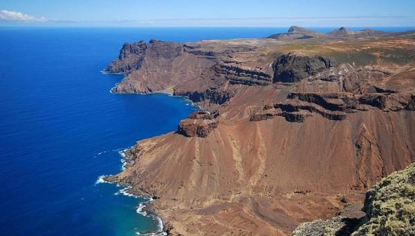 Inilah salah satu pantai perawan itu dan di sisi lain pulau masih ada pantai lain yang berpasih putih (Dok. CNN Travel)