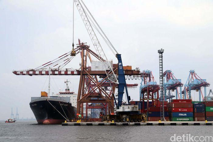 Direktur Utama PT Pelabuhan Indonesia II (Persero) Elvyn G. Masassya mengatakan waktu tunggu petikemas di pelabuhan atau dwelling time sudah kurang dari 3 hari. Pasalnya, kapal-kapal yang tiba di pelabuhan tak lagi menggunakan dokumen fisik dalam proses pengeluaran barang.
