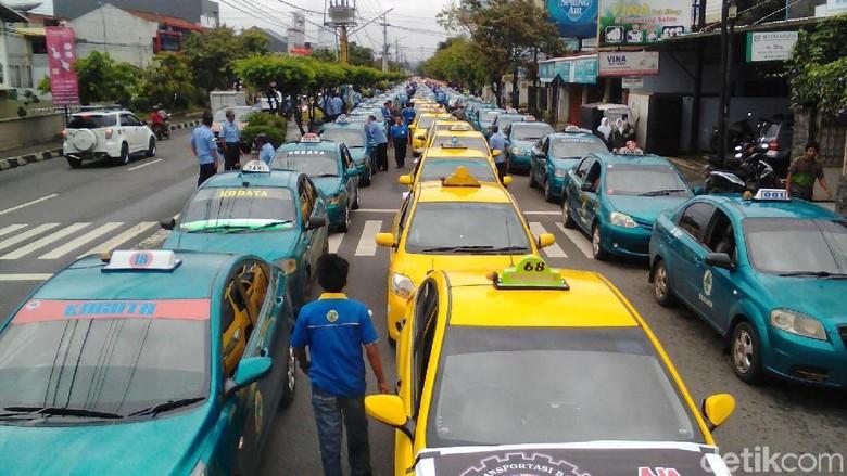 Becak, Angkudes dan Taksi di Purwokerto Demo Tolak Angkutan Online