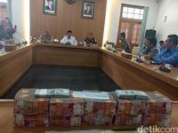 Kejaksaan Kembalikan Uang Rp 9,4 M Sitaan Kasus Bansos Bandung