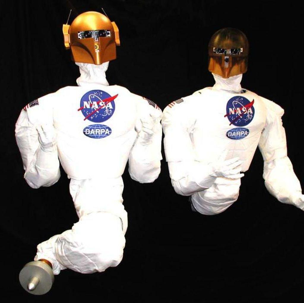 NASA menciptakan robot humanoid bernama Robonaut 1. Tampangnya berkepala emas tapi badannya diselimuti baju antariksa. (Foto: Internet)