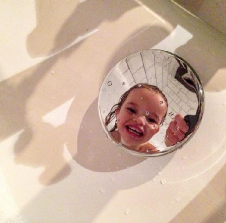 Bahagia banget si kecil, padahal hanya mandi. Hi-hi-hi. (Foto: Instagram/another_surrey_mum)