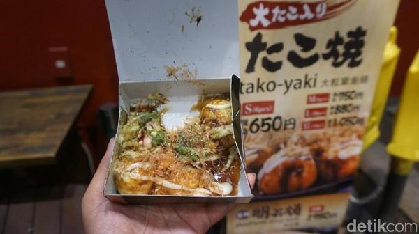 Takoyaki ini dilengkapi dengan taburan katsuobushi, bubuk seaweed, mayonaise, serta saus takoyaki. Perpaduan rasa, plus rasa jahenya juara banget. Enaknya 2 kali lipat dari takoyaki di Indonesia (Wahyu/detikTravel)