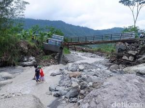 Jembatan Putus, Ratusan Warga di Banjarnegara Terisolir