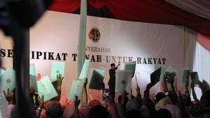 Jokowi Bagikan Ribuan Sertifikat Tanah Gratis untuk Warga Garut
