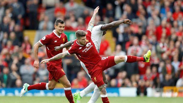 Liverpool sedang unggul 16 poin atas Manchester United di klasemen Liga Primer Inggris.