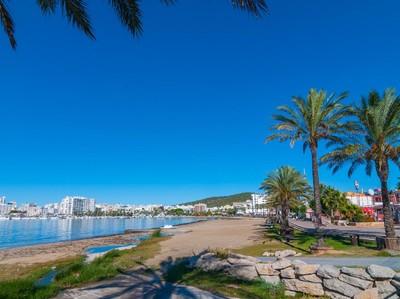 Membuka Pantai Usai Corona Bukan Perkara Mudah Bagi Spanyol