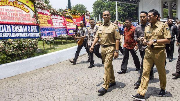 Gubernur DKI Jakarta Anies Baswedan (ketiga kanan) dan Wakil Gubernur DKI Jakarta Sandiaga Uno (kanan) berkeliling kompleks Balai Kota, di Jakarta, Selasa (17/10/2017).