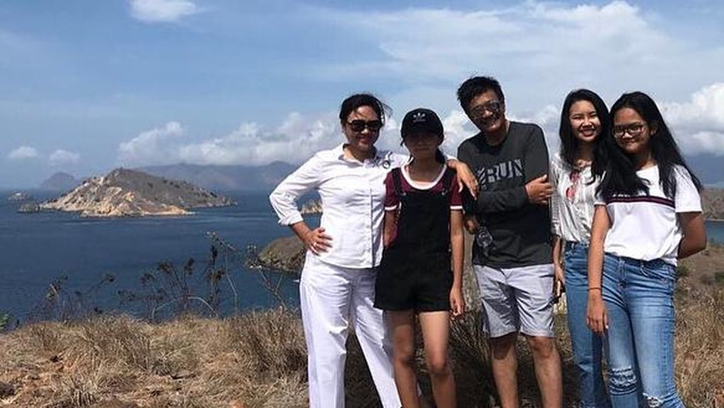 Ini Foto-foto Liburan Djarot dan Keluarga di Pulau Padar Labuan Bajo