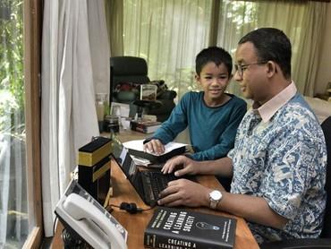Ditemani putranya, Ismail, Anies mengetik naskah pidato pelantikannya sebagai gubernur. (Foto: Instagram @aniesbaswedan)
