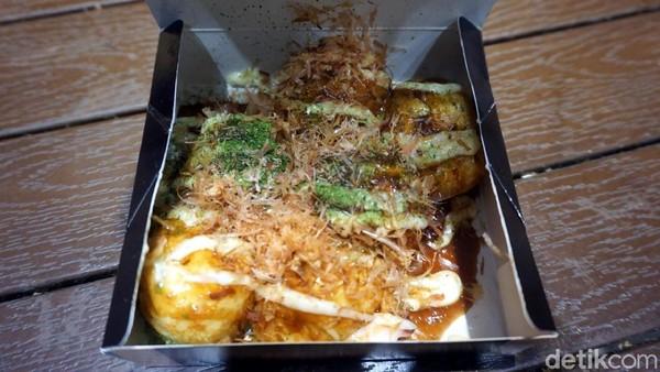 Kalau ada yang bertanya apa kuliner otentik dari Osaka? Jawabannya adalah Takoyaki. Inilah jajanan bola-bola tepung berisi gurita yang sudah begitu familiar di lidah kita (Wahyu/detikTravel)