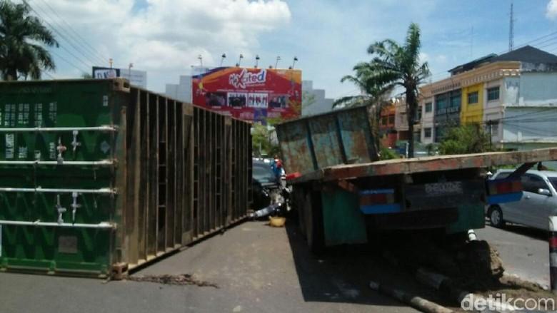 Rem Kontainer Blong, Peti Kemas Lepas Menimpa Mobil