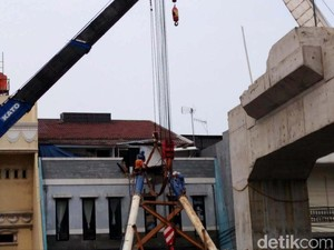 Soal Tiang LRT Timpa Rumah, Anies: Pemda Bertanggung Jawab