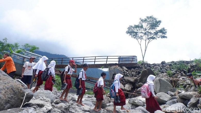 Jembatan Putus, Siswa di Banjarnegara Harus Seberangi Sungai