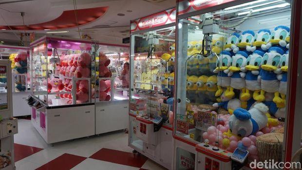 Mesin-mesin permainan di salah satu pusat game di Nipponbashi (Wahyu/detikTravel)