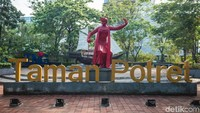 Pengunjung akan disambut oleh patung penari Lenggang berwarna merah lengkap dengan deretan huruf membentuk kata Taman Potret yang menjadi penanda lokasi taman ini.