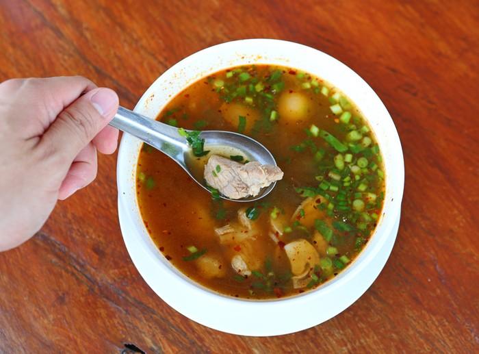 Saat menghadapi cuaca dingin, Anda tetap butuh makanan yang hangat dan dapat memberikan stamina. Sup adalah pilihan yang tepat karena dapat menjaga kandungan elektrolit tubuh dan sayuran yang ada dapat menambah nutrisi tubuh, seperti dikutip dari Active. (Foto: Ilustrasi/iStock)