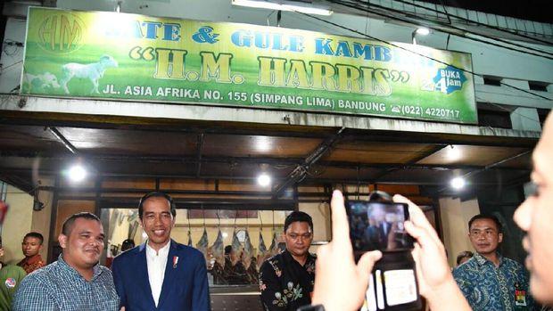 Nikmati Malam di Bandung Ala Jokowi: Sate Kambing dan Musik Jalanan