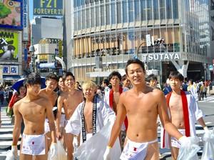 Hanya Pakai Cawat, Pria-pria Tokyo Bersihkan Jalan