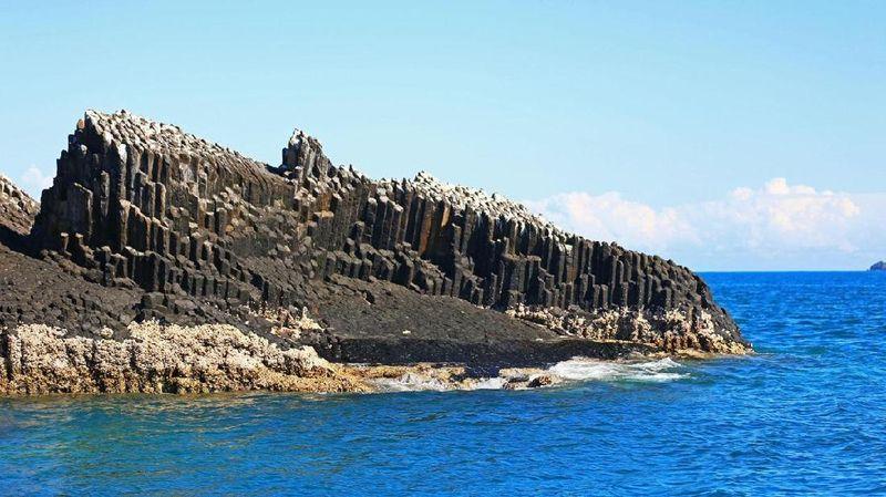 Bentuknya unik, nama batu ini adalah Organ pipes atau pipa organ. Letaknya di Kepulauan Nosy Mitsio, 70 km dari pantai utara Madagaskar. Organ Pipes terbentuk 125 juta tahun yang lalu ketika Madagaskar terpisah dari daratan Afrika (Anisha Shah/BBC)