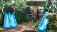 Salah satu fasilitas bermain yang diberikan ada beberapa perosotan untuk anak-anak.