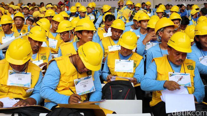 Ribuan pekerja yang hadir di GBK mengisi form sertifikasi dari Kementerian Pekerja Umum dan Perumahan Rakyat Republik Indonesia.