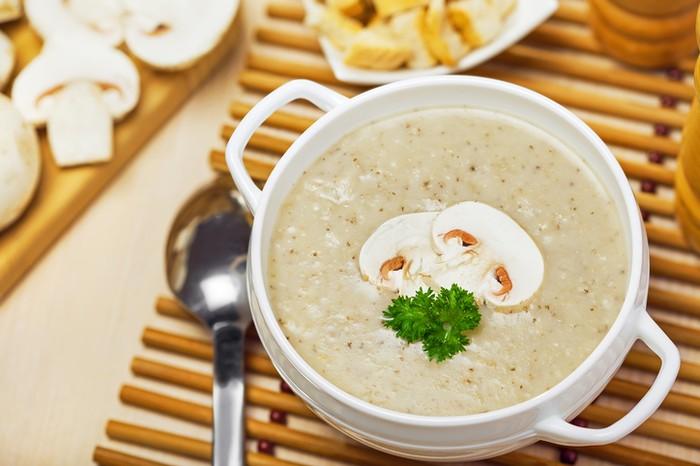 Bagi penyuka jamur, bisa menikmati olahan sup jamur yang gurih. Cara bikinnya juga mudah, kurang dari 20 menit. Tinggal mencampurkan jamur champignon, bawang putih, bawang bombay, krim, susu, dan mentega. Lengkapi dengan garnish oregano.