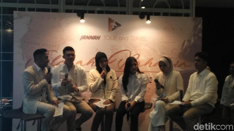 Irwansyah dan rekan-rekan artis di peluncuran Jannah Tour and Travel (Wahyu/detikTravel)