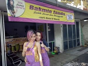 Dua Janda Pemilik Kedai Bakmi Ini Sering Jadi Sasaran Foto Pembeli
