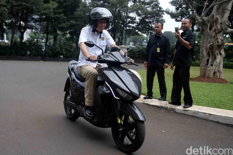 Jonan Jajal Motor Listrik Gesits Buatan Anak Bangsa (Foto: Agung Pambudhy)