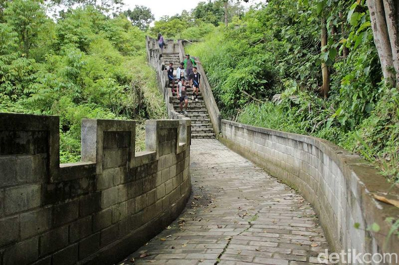 Selama ini Great Wall identik dengan situs peninggalan UNESCO dari China. Namun traveler yang berkunjung ke Kabupaten Agam juga bisa melihat replikanya dengan panorama yang tak kalah indah (Randy/detikTravel)