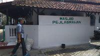 Masjid Pejlagrahan dibangun oleh Pangeran Cakrabuana yang dikenal juga sebagai Mbah Kuwu Sangkan atau Pangeran Walasungsang.