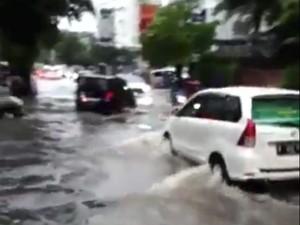 Banjir 25 Cm di Kemang, Satu Mobil Mogok