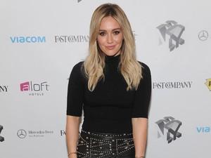 Tunangan, Hilary Duff Pakai Cincin Berlian Rp 1,4 Miliar