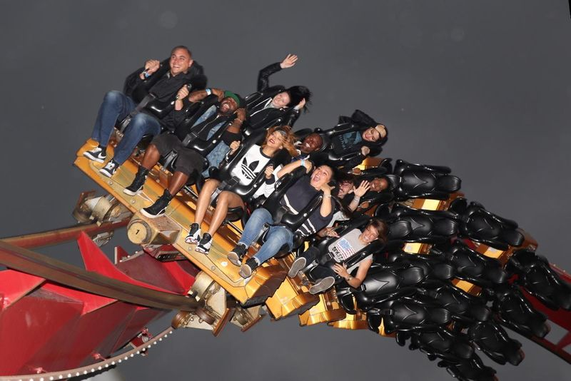 Begini ekspresi Rihanna saat naik roller coaster di Taman Rekreasi Tivoli Garden, Kopenhagen, Denmark. Penyanyi yang ngetop lewat lagu Umbrella ini tersenyum lebar meski dirinya duduk paling depan. Kamu nggak takut, Rihanna? (AFP)