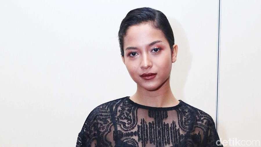 Sexy in Black! Putri Marino Pamer Kaki Jenjang