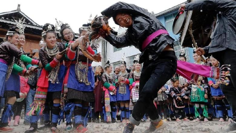 Ritual tarik-tarikan ayam supaya dapat jodoh (Tyrone Siu/Reuters)