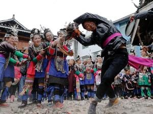 Tradisi Nikah di Guizhou, China: Tarik-tarikan Ayam Hidup
