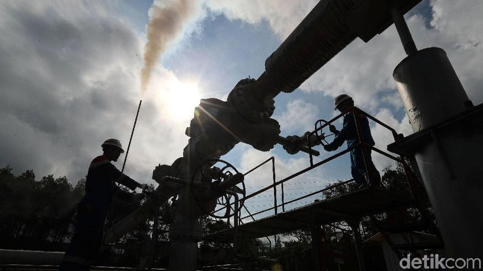 Melihat Aktivitas si PLTP Kamojang Milik PGE  Dua Pekerja tengah melakukan pengecekan sumur KMJ-51 di Pertamina Geothermal Energy (PGE) Area Kamojang, Kabupaten Bandung, Jawa Barat, Rabu (18/10/2017). PT PGE Area Kamojang mengoperasikan 92 sumur, untuk memasok uap bagi Pembangkit Listrik Tenaga Panasbumi (PLTP) Unit 1 sampai 5, dengan total kapasitas listrik terpasang 235 MW. Grandyos Zafna/detikcom  -.  PLTP Kamojang Unit 4 dan 5 dengan kapasitas 2x35MW beroperasi pada pertengahn tahun 2015, merupakan pilot project PT Pertamina Geothermal Energy, dalam mengoperasikan PLTP secara total project. Total project yakni pengerjaan proyek mulai dari tahapan eksplorasi dan pengembangan lapangan uap, hingga pembangunan dan pengoperasian PLTP untuk kemudian dijual dlm bentuk listrik.  -. PLTP Kamojang mulai di uji coba pada tahun 1978  dan mulai beroperasi pada tahun 1983.