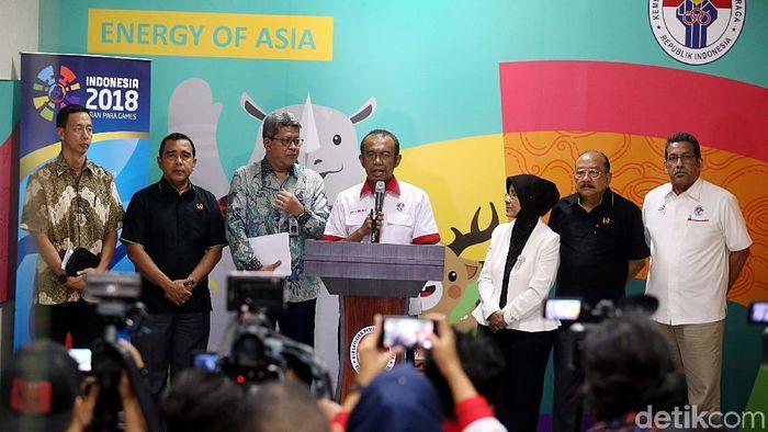 Gatot S. Dewa Broto mengumumkan pembubaran Satlak Prima di Kantor Kemenpora, Kamis (19/10/2017). (Rengga Sancaya/detikSport)