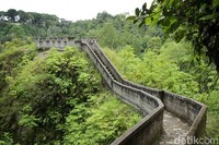 Janjang Seribu artinya seribu anak tangga. Jika dilihat-lihat ini seperti Tembok Besar China namun versi yang mini. Di sini kamu akan disajikan pemandangan Gunung Merapi dan Singgalang dan mengarah ke Lubang Jepang. (Johanes Randy)