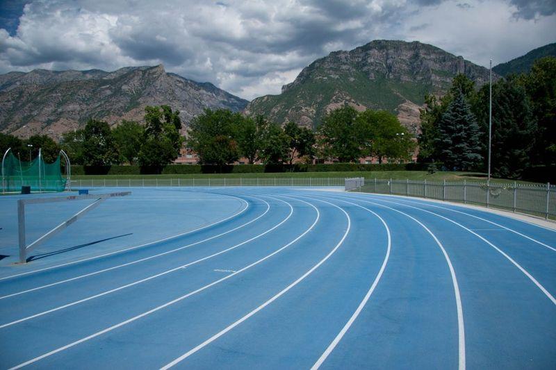 Trek lari ini berada di Universitas Brigham Young, Provo, Utah. Trek larinya punya pemandangan pegunungan Y Mountain yang keren. Puncak pegunungannya pun kadang tertutup salju (Bringham Young University)